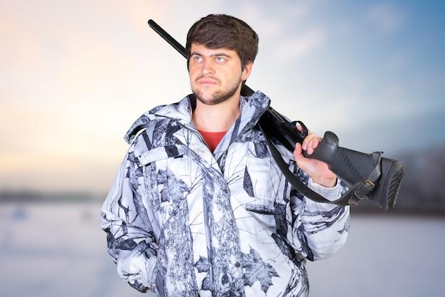 Cazador con su rifle