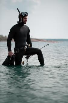 Cazador submarino en traje de neopreno.