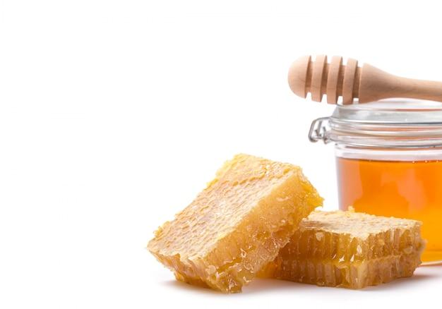 Cazo de miel y miel en frasco en blanco