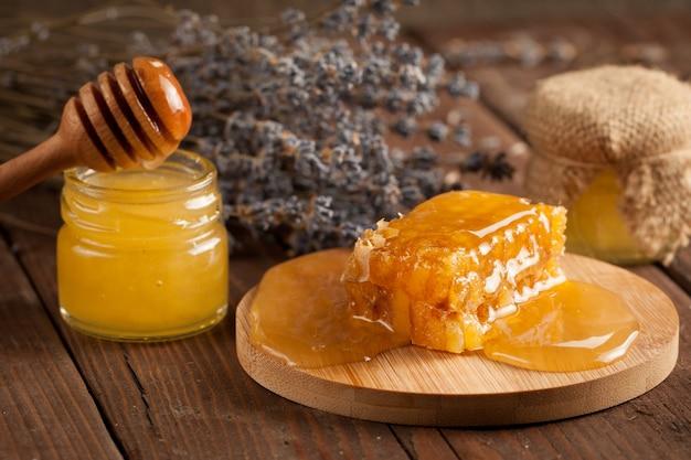 Cazo de miel y panal. nueces y manzanas con miel y nueces de varios tipos