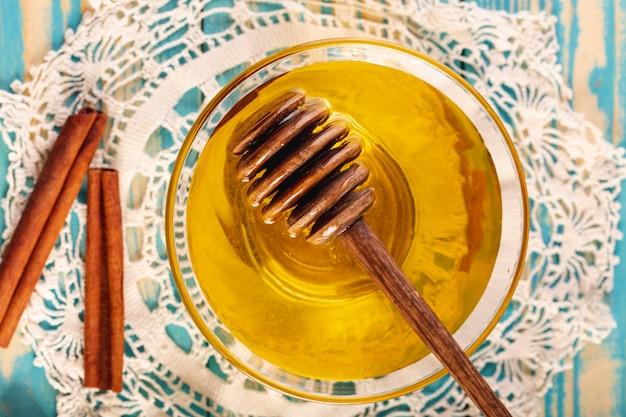 Cazo plano y miel en un tazón