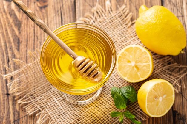 Cazo en un tazón de miel con limones