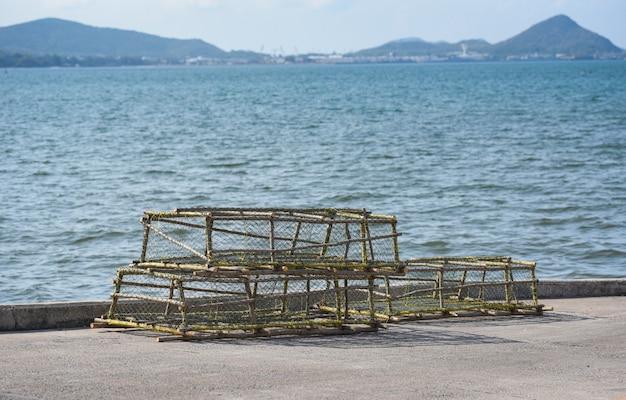 Cazuelas de langosta y cangrejo apiladas red de pesca de captura