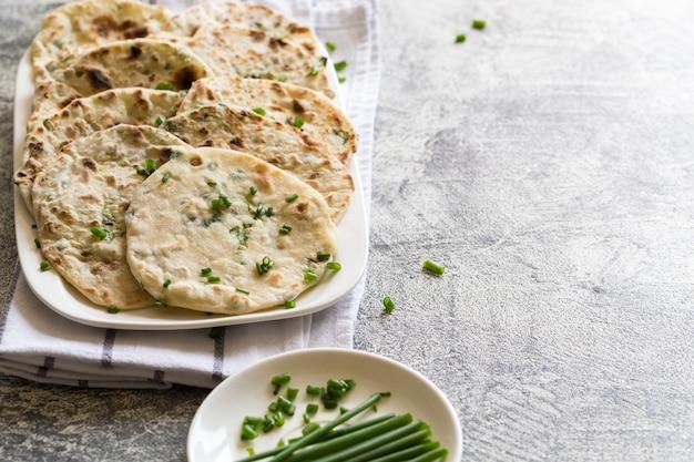 Cebolla pan indio pita naan en un plato