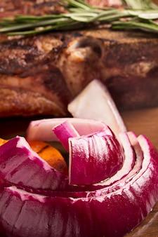Cebolla roja asada y carne