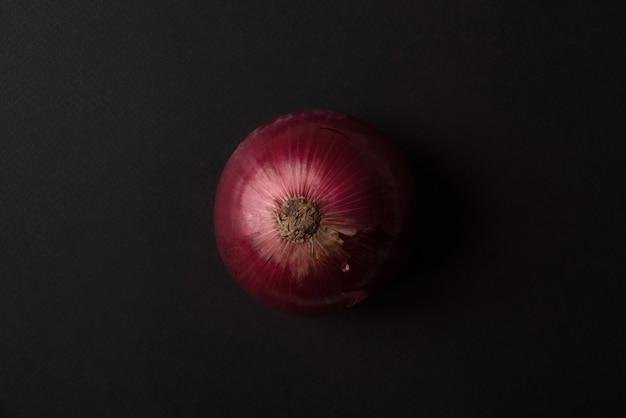 Cebolla roja fresca sobre negro