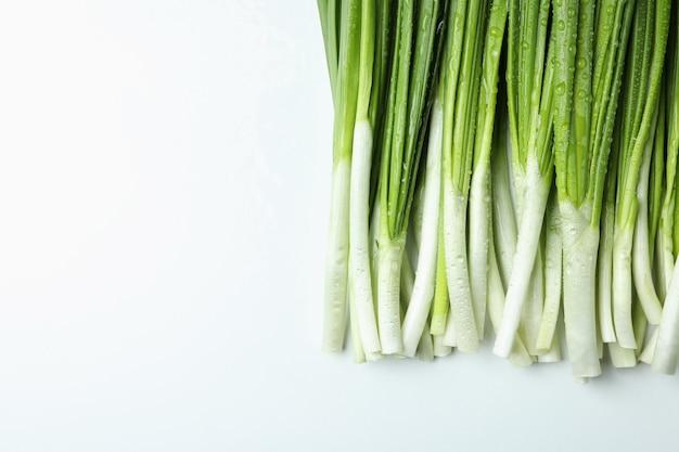 Cebolla verde fresca con gotas de agua
