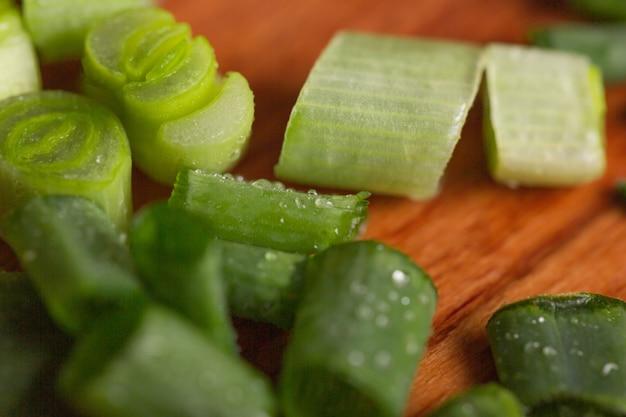 Cebolla verde vitamina. las cebolletas son una fuente de vitamina c. cebollas verdes finamente picadas para ensalada