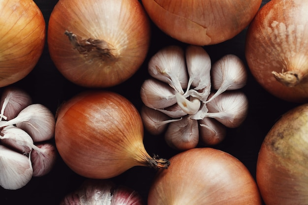 Cebollas y ajo crudos y cortados