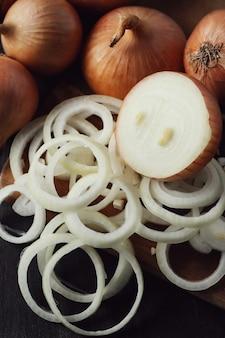 Cebollas crudas y cortadas