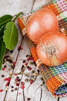 Cebollas frescas, granos de pimienta y hojas de laurel
