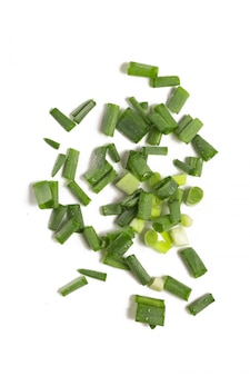 Cebollas verdes picadas aisladas sobre fondo blanco