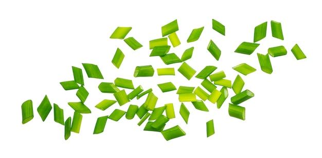 Cebollino picado, cebollas verdes frescas aisladas, macro, primer plano