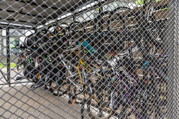 Celda de malla metálica bloqueada para guardar bicicletas