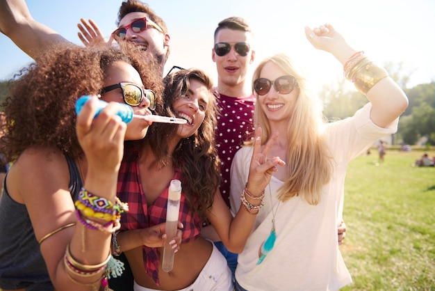 Celebra el día de verano en el festival de música.