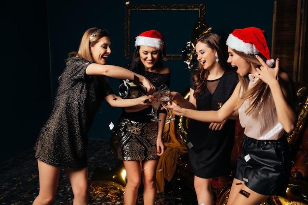 Celebra la oveja de navidad en el club con amigos. fiesta de año nuevo con las mejores amigas.