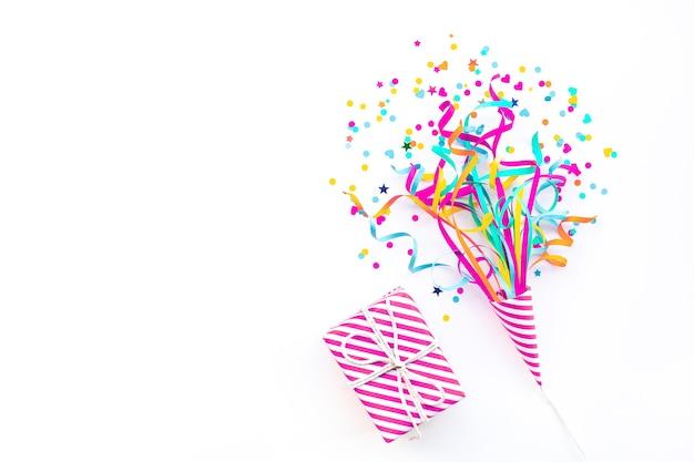 Celebración de aniversario y fiesta plana con caja de regalo colorida