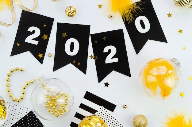 Celebración de año nuevo 2020 y bolas de navidad
