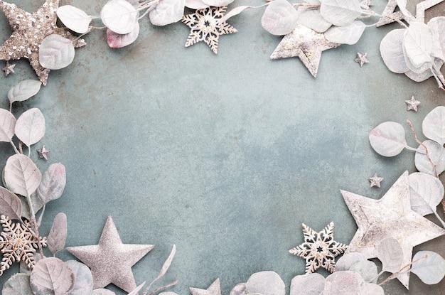 Celebración de año nuevo y fondo de navidad eucalipto y decoraciones de estrellas de navidad vista superior.