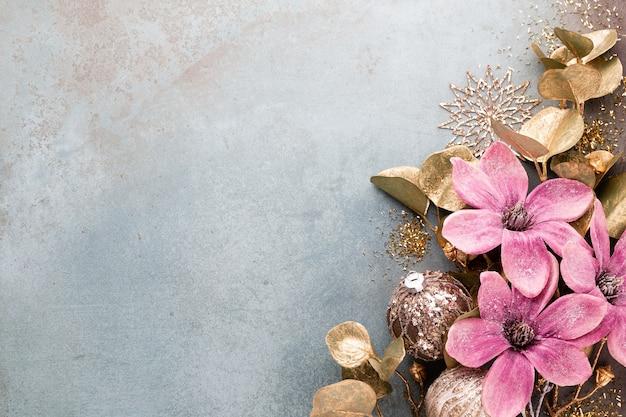 Celebración de año nuevo y fondo de navidad con flores.