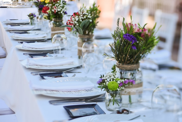 Celebración de bodas al aire libre en un restaurante