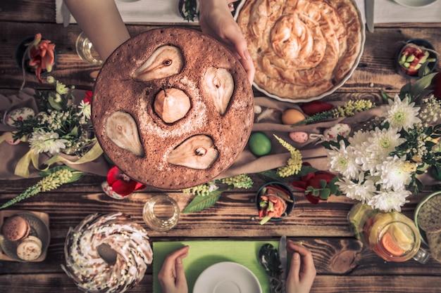 Celebración en casa de amigos o familiares en la mesa festiva