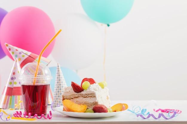 Celebración de cumpleaños con pastel y globos de colores