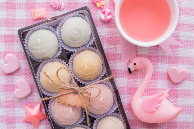Celebración del día de fiesta del día de san valentín con la torta y la composición de la tarjeta del día de san valentín.