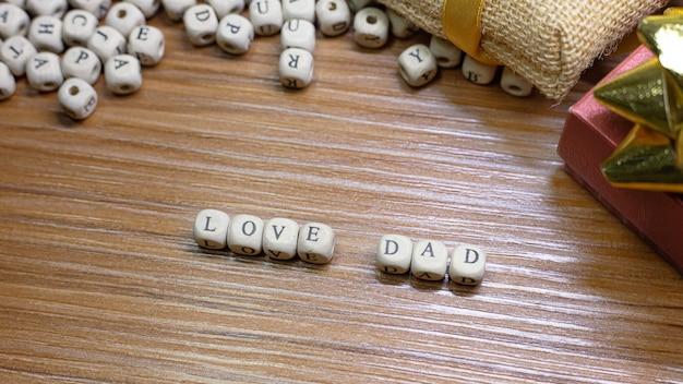 Celebración del día del padre en madera.