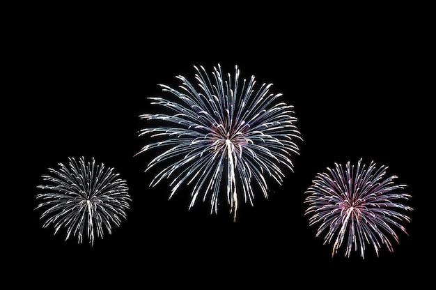 Celebración de explosión de coloridos fuegos artificiales.