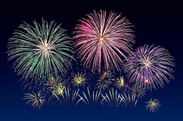 Celebración de fuegos artificiales coloridos y el fondo del cielo crepuscular