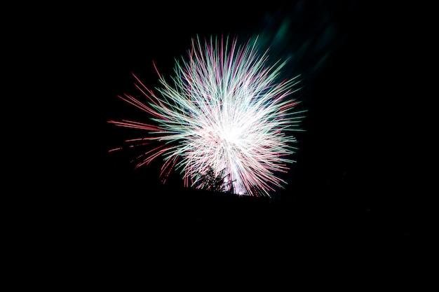 Celebración de fuegos artificiales, con una exposición prolongada múltiple para capturar el movimiento de la explosión. fondo de cielo negro