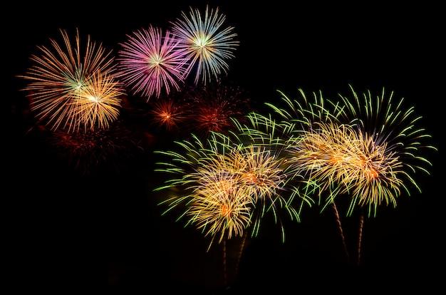 Celebración de fuegos artificiales y el fondo del cielo nocturno.