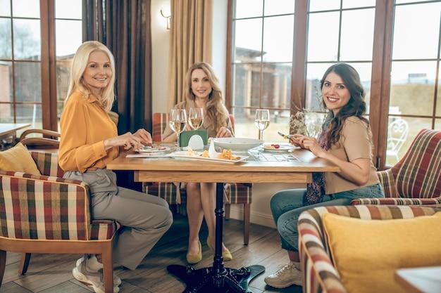 Celebracion. grupo de mujeres celebrando el cumpleaños y mirando alegre