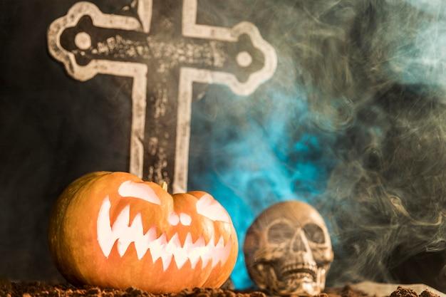 Celebración de halloween con calavera y calabaza.
