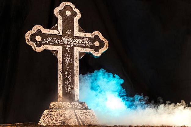 Celebración de halloween con cruz aterradora