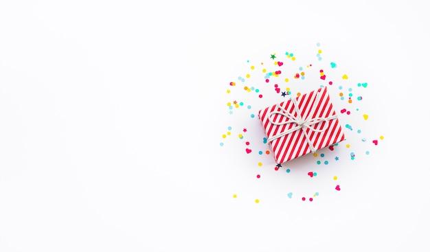 Celebración de ideas de conceptos de aniversario y fiesta con caja de regalo colorida