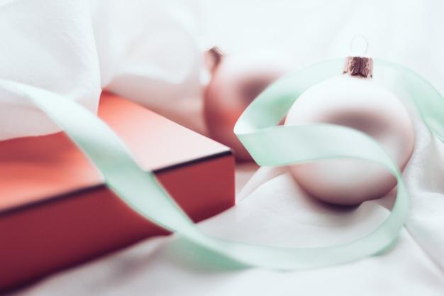 Celebración de invierno y concepto de víspera de año nuevo decoración navideña y caja de regalo con nieve brillante en s ...