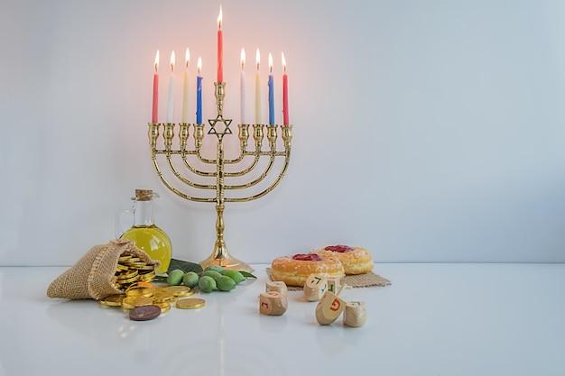 Celebración judía de hanukah con menorah.