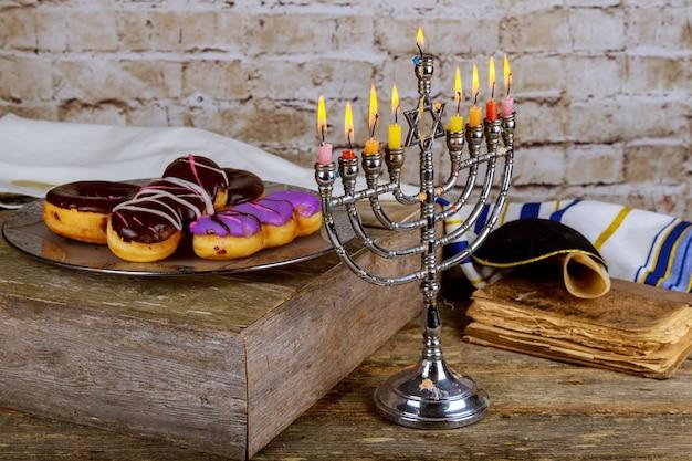 Celebración judía de hanukkah con menorah vintage.