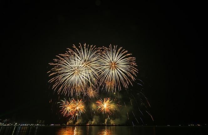Celebración multicolor de fuegos artificiales