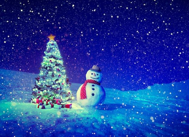 Celebración navideña nevando con muñeco de nieve y pinos