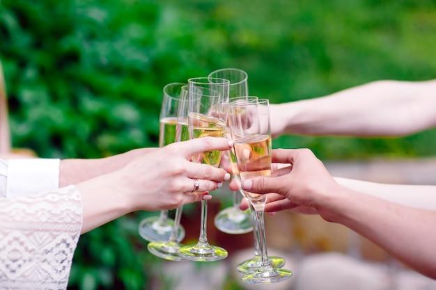 Celebracion. personas con copas de champán haciendo un brindis