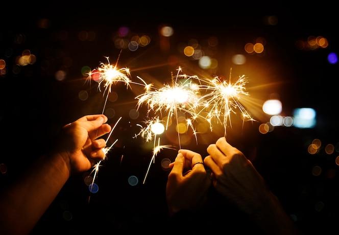 Celebrando con bengalas en la noche