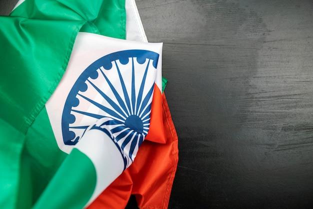 Celebrando el día de la independencia de india bandera de la india sobre fondo de madera