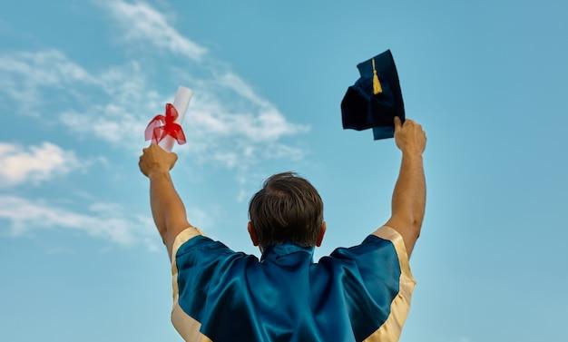 Celebrando la graduación con sentimiento de felicidad con diploma