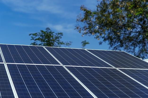 Las células solares convierten la energía solar del sol en energía. concepto de célula solar con espacio de copia.