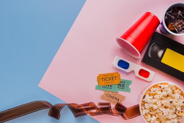 Celuloide con cinta de video y entradas de cine