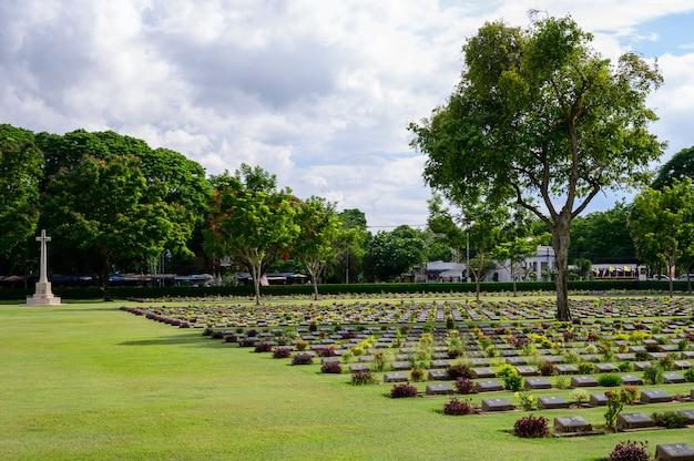 Cementerio de guerra de kanchanaburi (don rak) segunda guerra mundial cerca del ferrocarril de la muerte en la provincia de kanchanaburi, tailandia