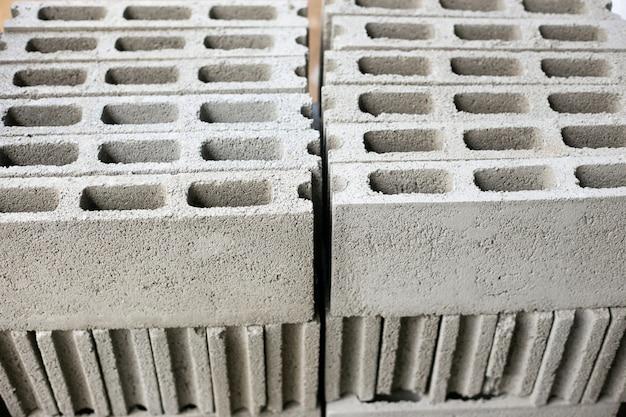 Cemento o mortero, cemento en polvo con una paleta puesta en el ladrillo en el trabajo de construcción.